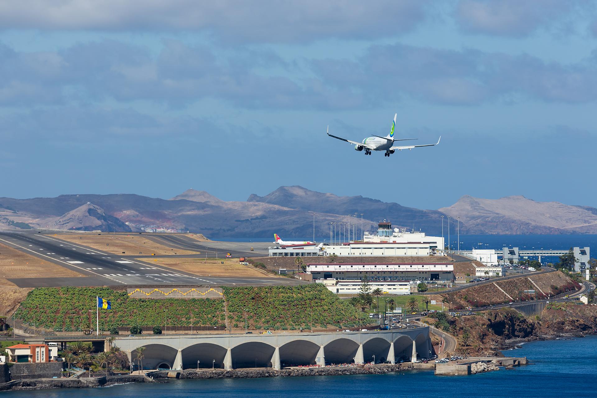 El Aeropuerto Internacional de Madeira, Cristiano Ronaldo, más conocido como el Aeropuerto de Madeira, se encuentra en Santa Cruz, en la región portuguesa de Madeira, y destaca por su pista inusual
