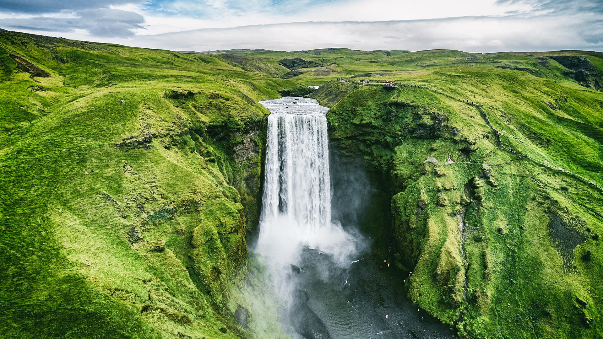 Situada en las afueras del Círculo Polar Ártico, Islandia se ha convertido en uno de los destinos turísticos más atractivos del mundo. Los viajeros acuden a la isla por millones para dar testimonio de algunos de los paisajes más impresionantes del mundo