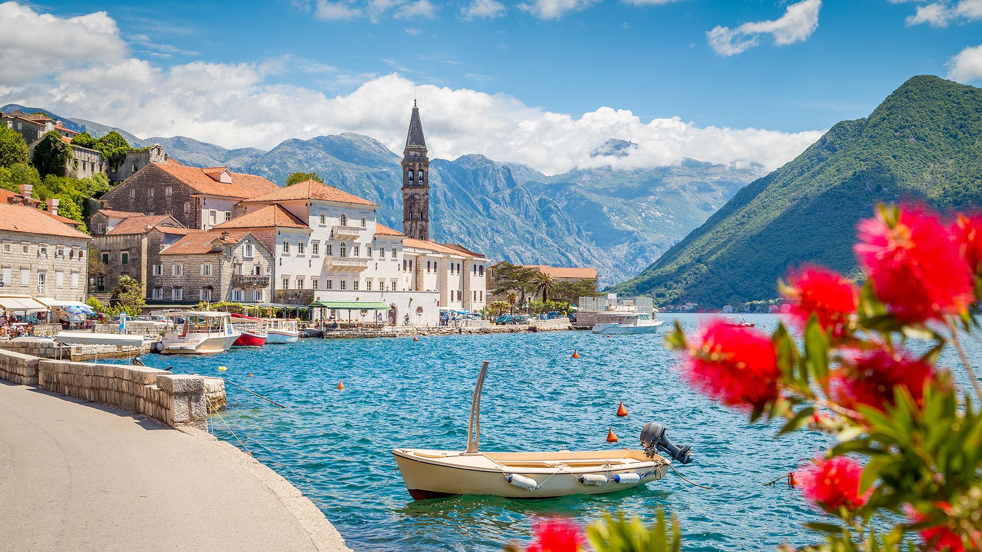 Menos conocida que sus vecinos Croacia y Grecia, la pequeña porción de la costa del Adriático de Montenegro anteriormente carecía de alojamientos de alta calidad para combinar con sus paisajes de fiordos. Sin embargo, en 2019 se inauguraron 2 de los más reconocidos hoteles de lujo