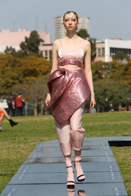 Zitta presentó conjuntos de haute couture con siluetas inspiradas en los años 5o y 60 en tonalidades rosados, amarillos y metalizados que impactaron a todos los asistentes al primer desfile que abrió la grilla del Designers