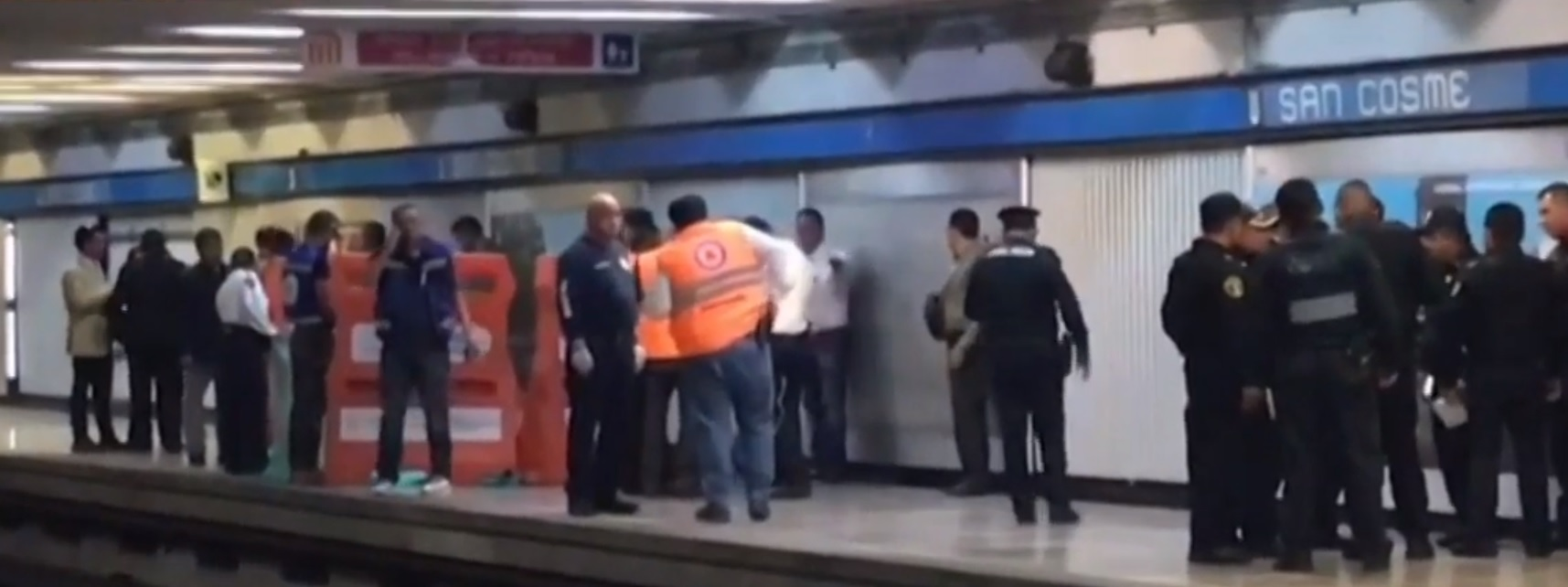 El jefe de estación quedó tirado sangrando mientras el sujeto agresivo, en aparente estado de ebriedad, fue detenido (Foto: Especial)