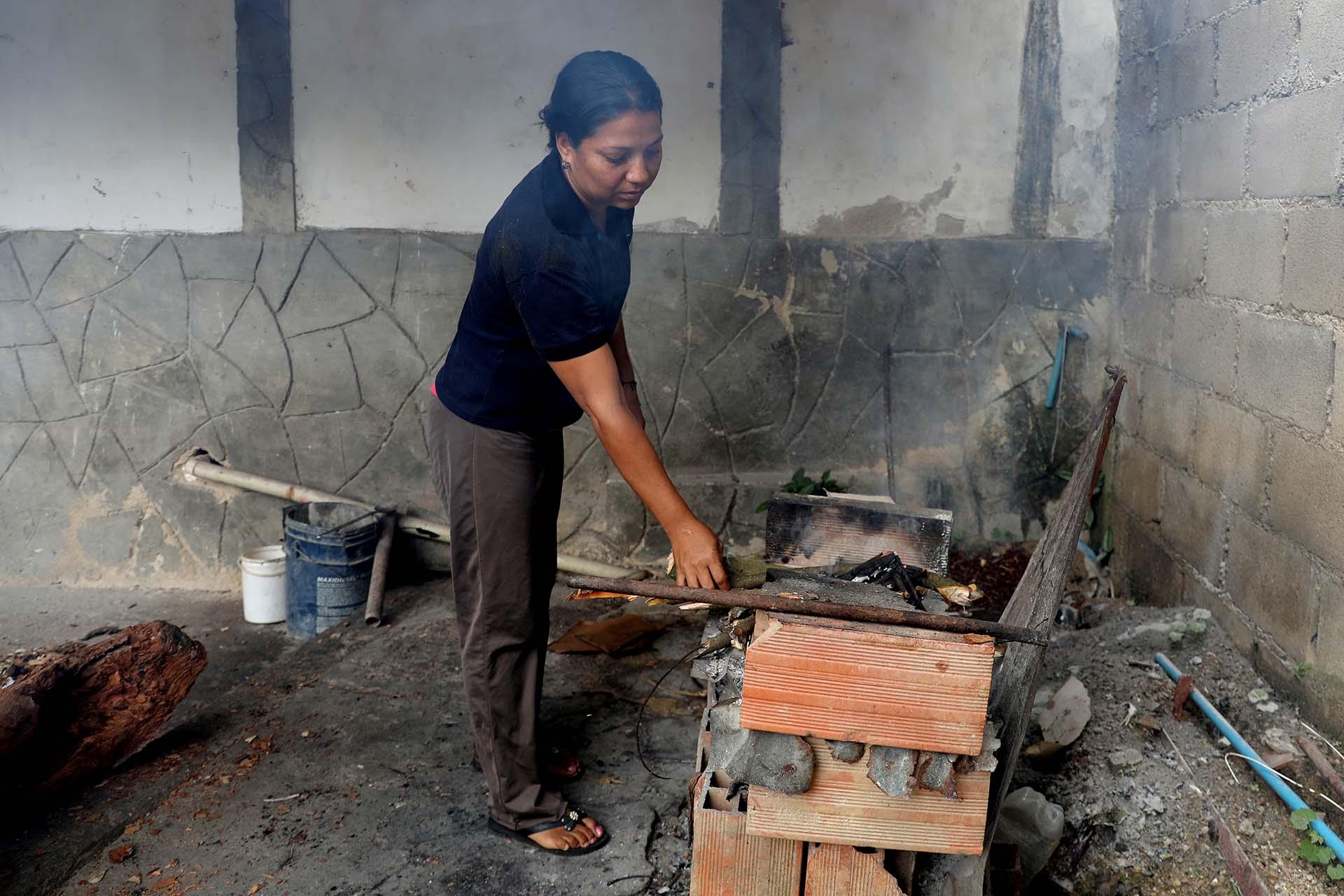 Endy Perezusa leña para cocinar enMaracay(REUTERS/Manaure Quintero)