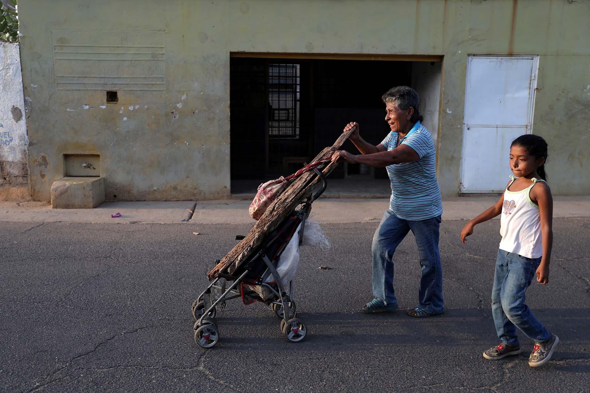 María Aldana transporta leña con un carrito para bebés en Maracaibo(REUTERS/Manaure Quintero)