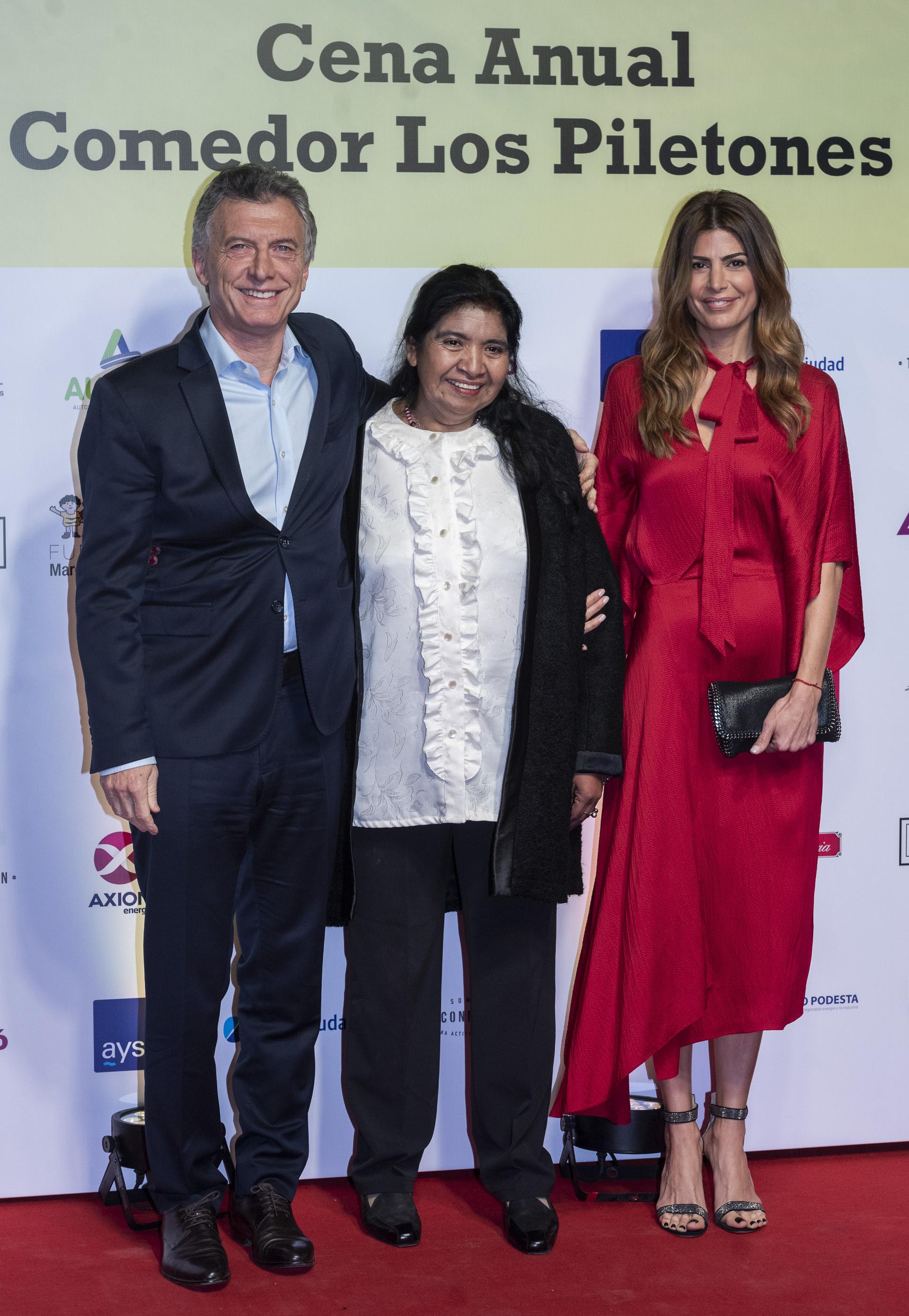 El presidente Mauricio Macri junto a su esposa Juliana Awada y Margarita Barrientos en la alfombra roja de la Cena anual de la Fundación Los Piletones de Margarita Barrientos