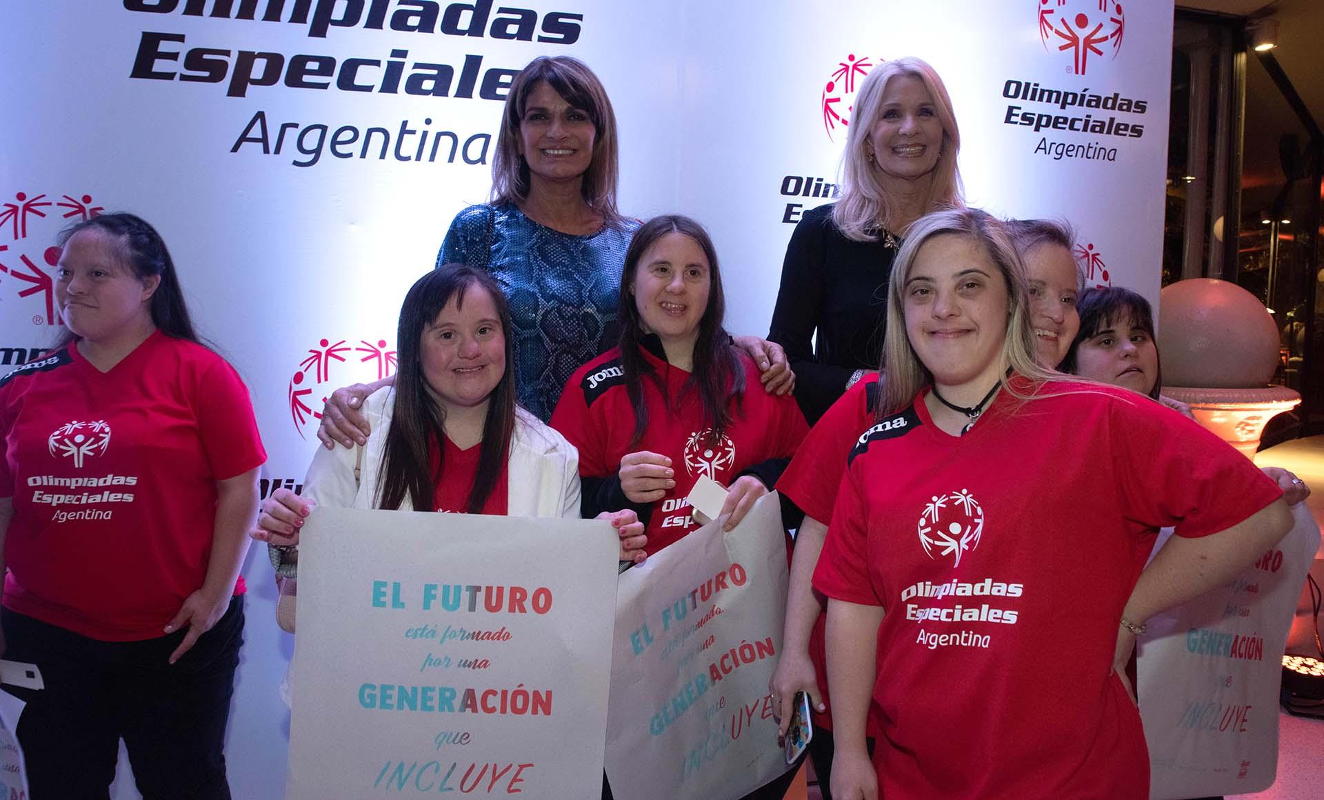 Teresa Calandra junto con Evelyn Scheidl e integrantes de la OEA