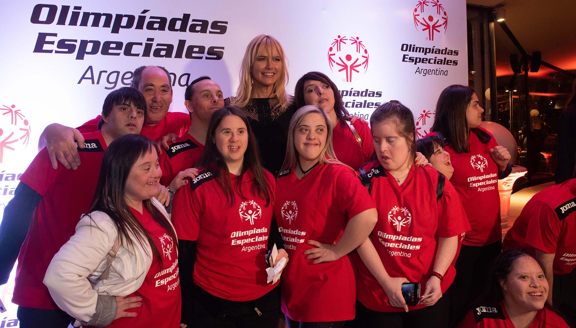 Valeria Mazza, madrina de las Olimpiadas Especiales Argentina (OEA) junto a algunos de los integrantes de la OEA en una noche emocionante