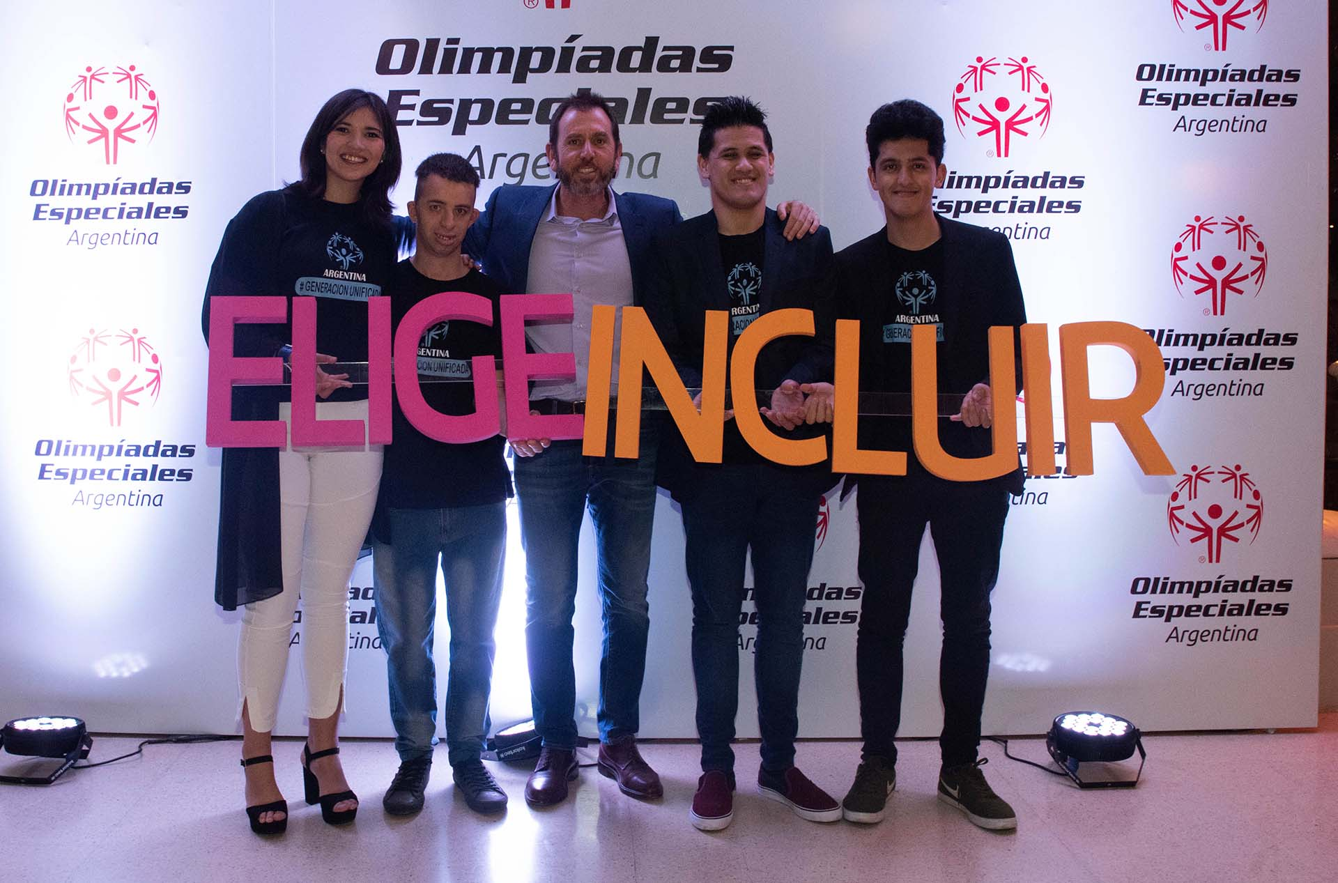 Diego Pando junto a los deportistas del programa Generación Unificada de las OEA