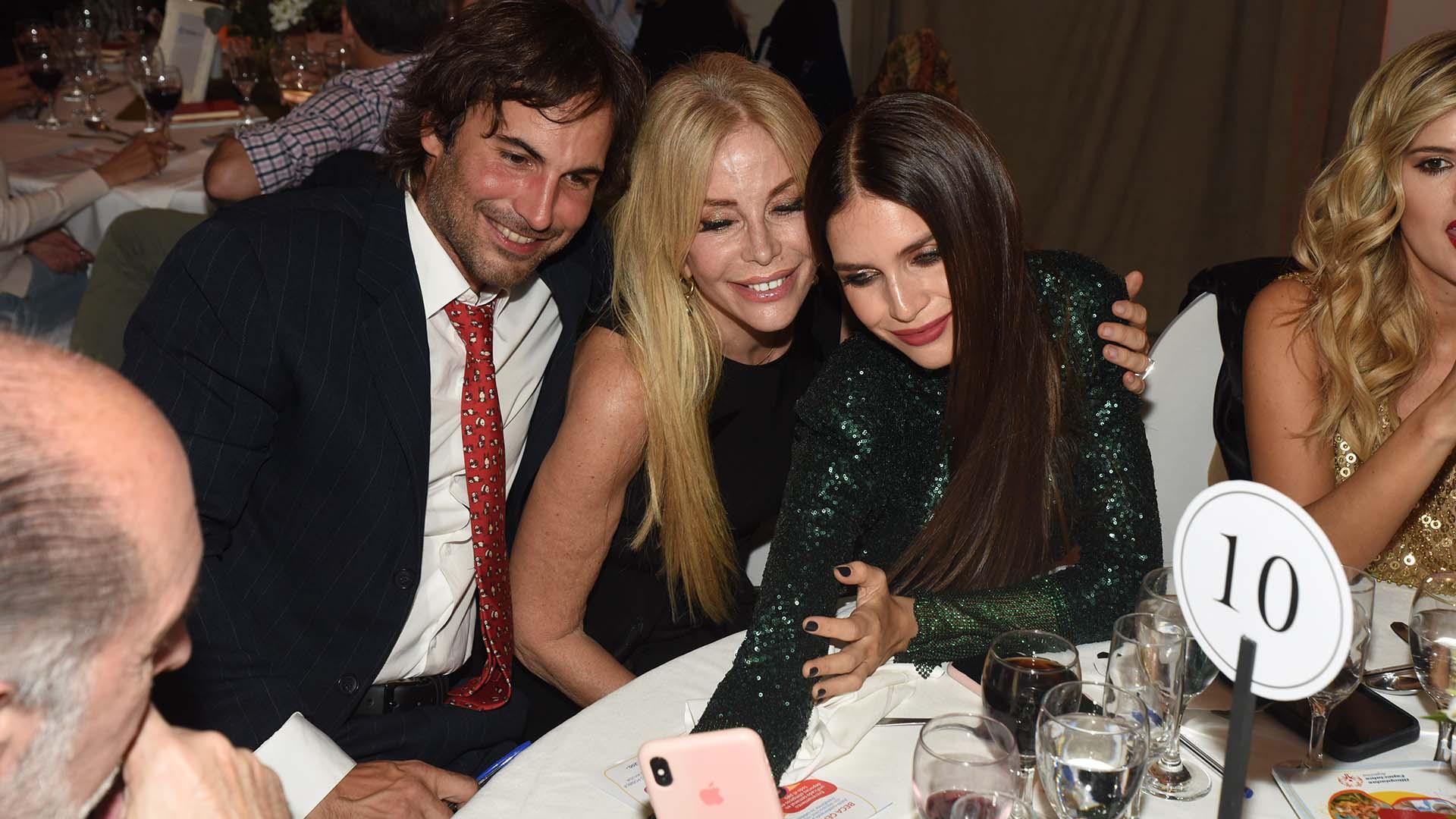 La modelo Zaira Nara, su novio Jakob Von Plessen y Graciela Alfano compartieron momentos divertidos en las mesas