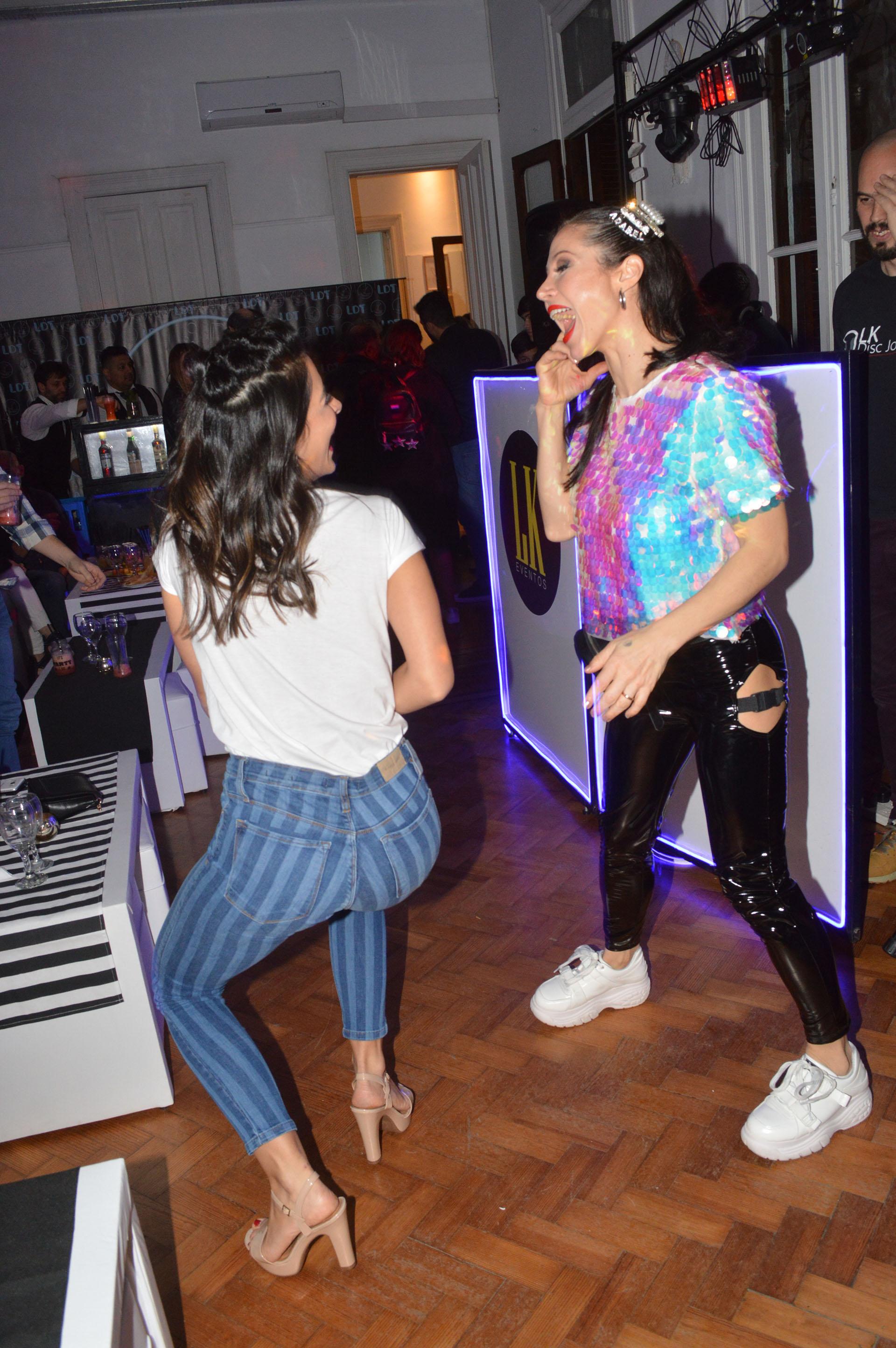Acompañada por su amiga Celeste Muriega, Adabel fue la que más acaparó la improvisada pista de baile