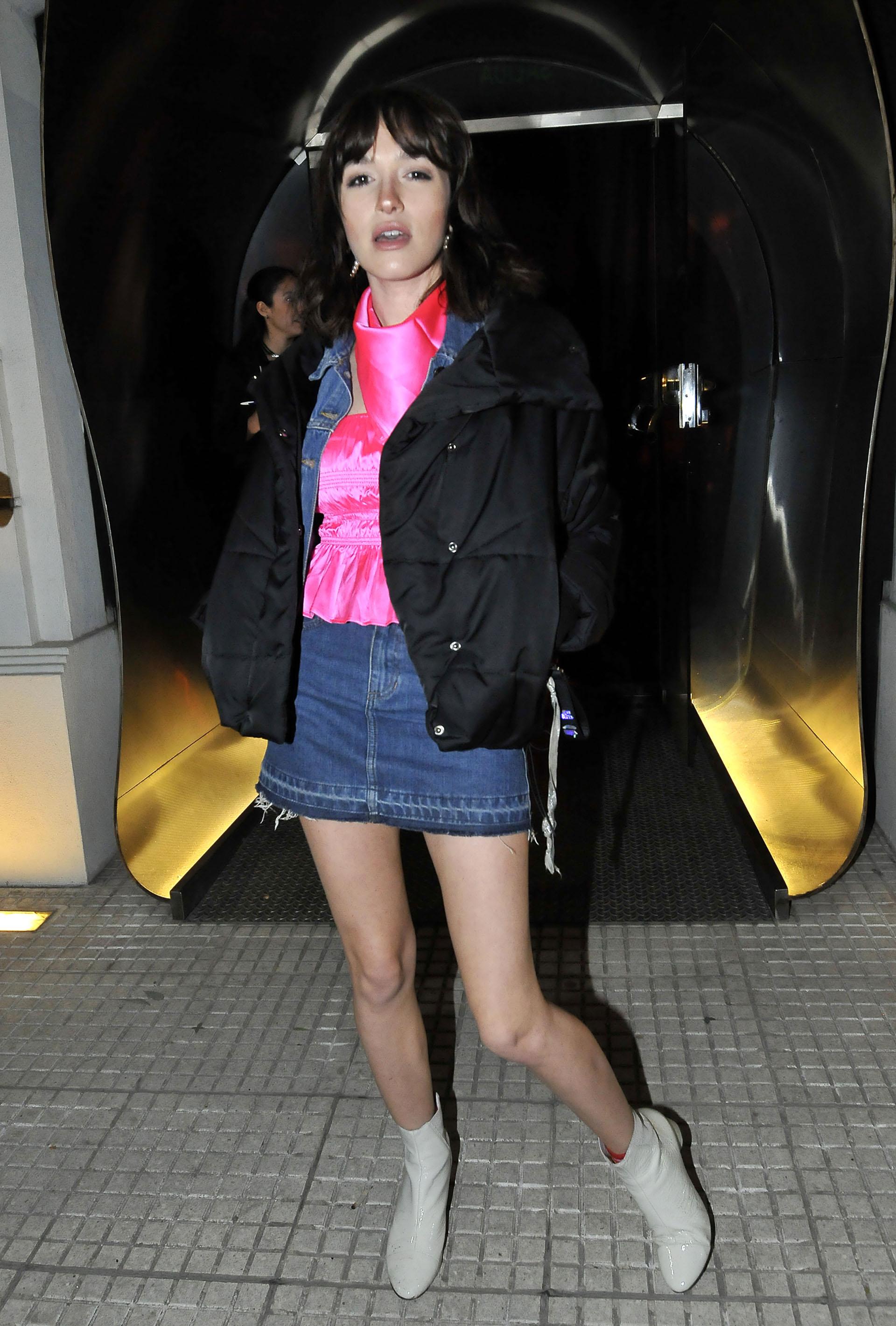 Cande Vetrano eligió un look más primaveral: top fucsia, mini falda de jean y botitas blancas