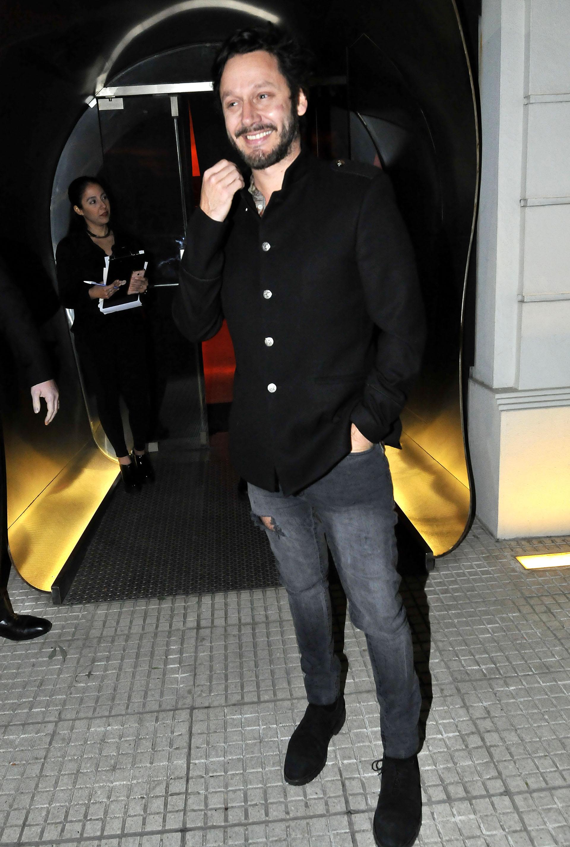 Benjamín Vicuña optó un vestuario clásico: camisa, jean y zapatos negros
