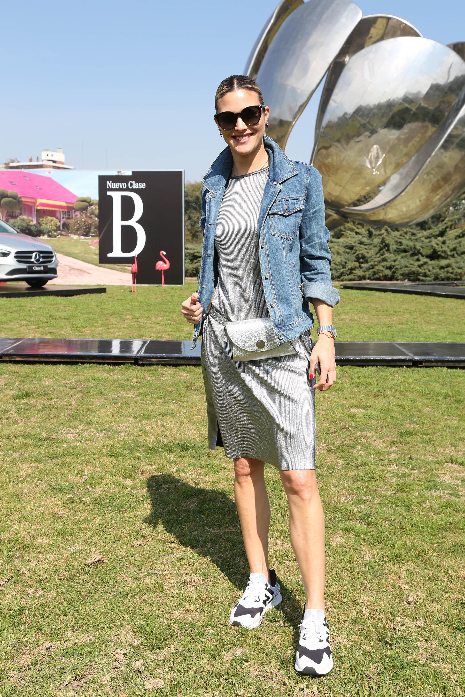 La modelo y conductora Pía Slapka apostó por un look sporty y lució un vestido a la rodilla de lúrex en plateado con campera de jean y riñonera. Completó su look con anteojos de sol para el desfile de Fabián Zitta