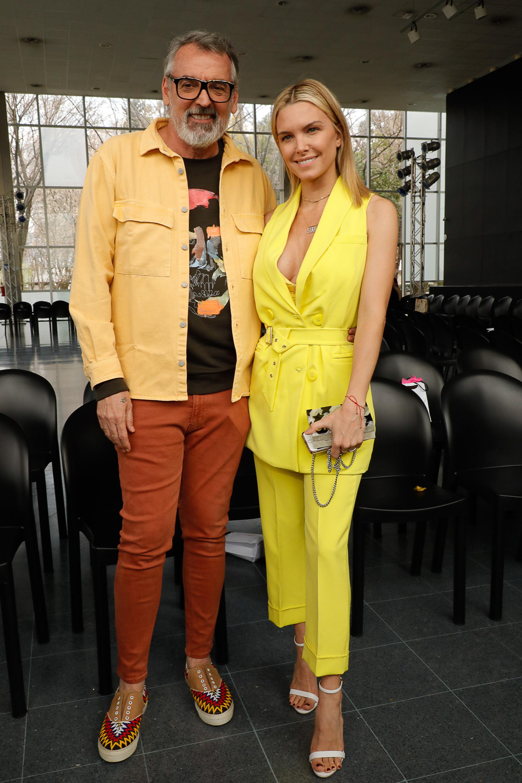 Junto al diseñador Benito Fernández, la modelo y conductora Sofía Zámolo apostó a la tendencia monocromática y lució un traje de chaleco y pantalón en color amarillo de la marca Caviar. Completó el look con sandalias blancas