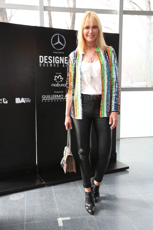 La top model Valeria Mazzadijo presente en el desfile de su amigo Benito Fernández y lució un look rocker. Booties de cuero negras acompañadas por un pantalón engomado, una blusa básica de seda y un blazer de paillettes multicolor. Completó su look con un maxi collar y su cartera Gucci