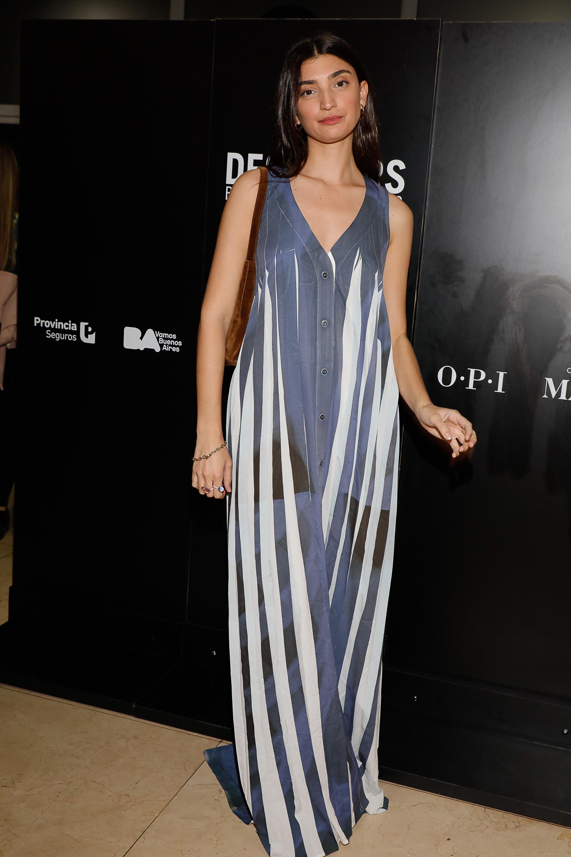 La diseñadora Paloma Cepeda, hija de Mariana Arias, disfrutó de la colección de Martín Churba, diseñador de Tramando, y lució un maxi vestido rayado con transparencias
