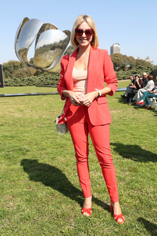 La actriz Carla Peterson también estuvo en la primera fila del desfile de Fabián Zitta y optó por un look monocromático en color rojo. Un traje de saco y pantalón combinado con remera básica color beige y sandalias a tono. Como el evento fue al mediodía, completó su look con anteojos de sol y clutch plateado