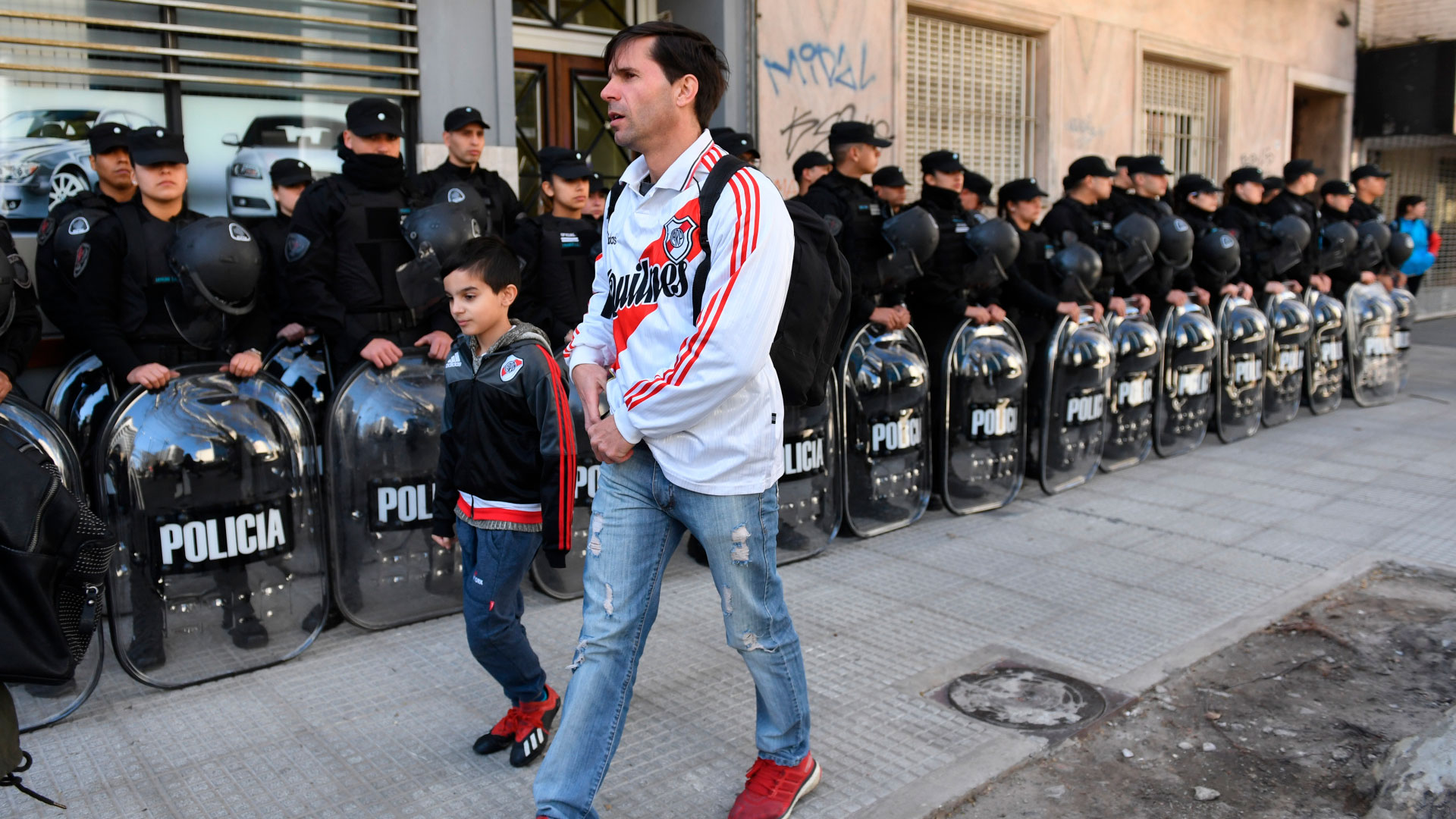 Con la intención de prevenir cualquier tipo de incidentes, varios efectivos de la Policía colaboraron con el desarrollo del ingreso del público