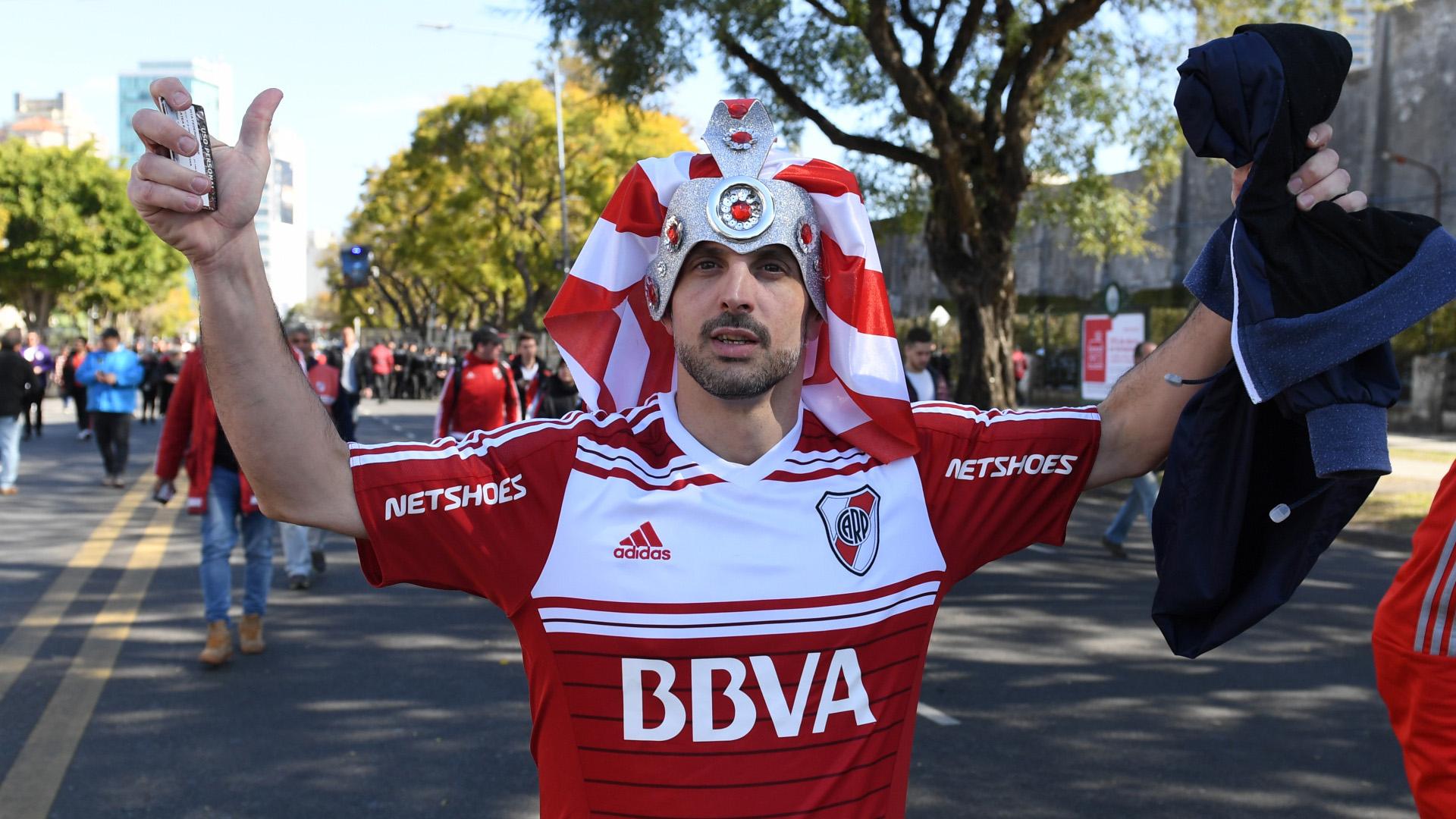 algunos fanáticos desidieron acudir al recinto con looks extravagantes, siempre con el blanco y rojo como protagonista