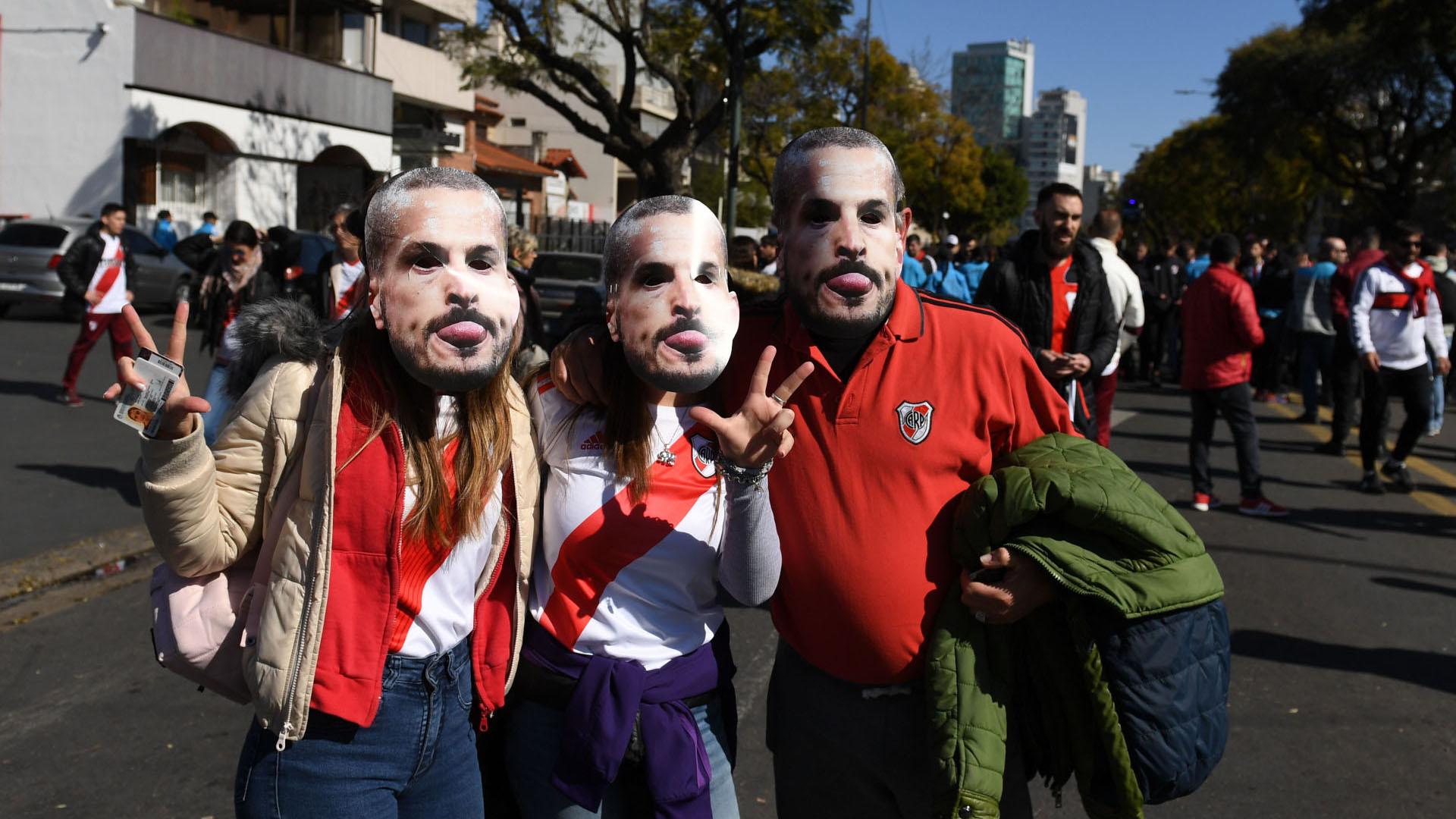 Otros acudieron con máscaras de Benedetto, con la intención de chicanear a los Xeneizes por la recordada final dela Copa Libertadores