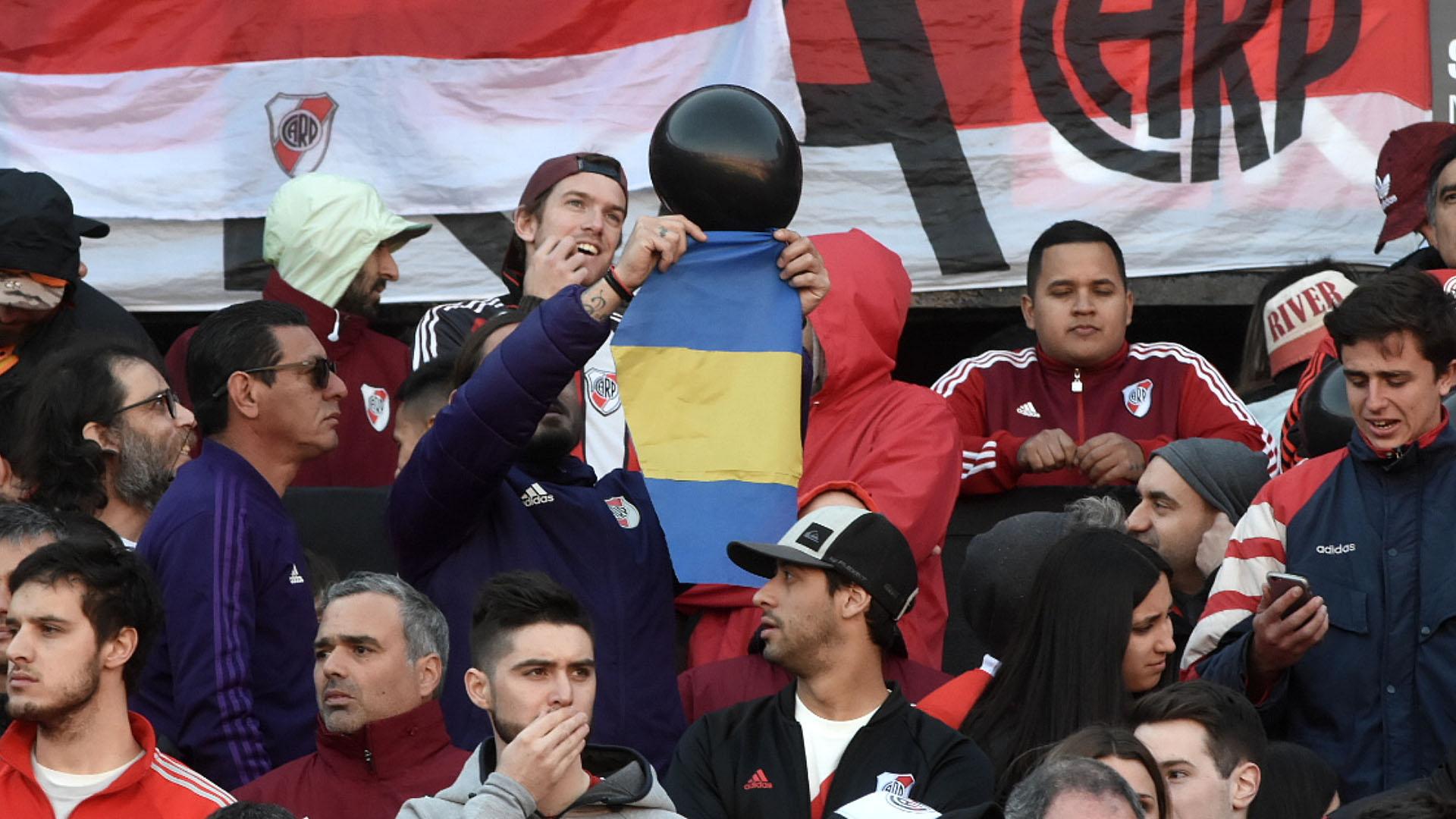 Una vez dentro de las tribunas, los fanáticos desplegaron varias cargadas para su acérrimo rival