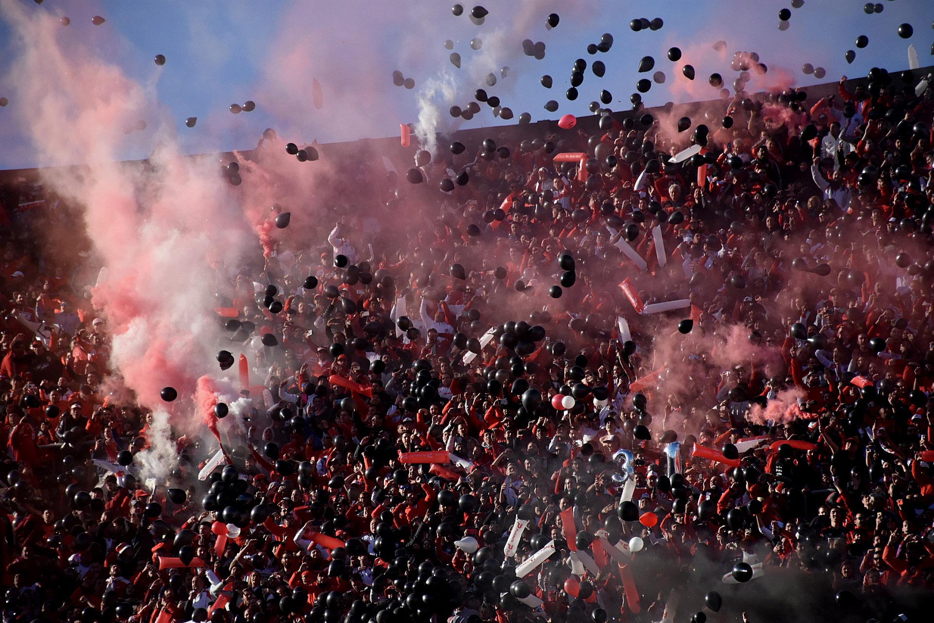 Bengalas, globos y cánticos inundaron la escena al momento de la salida del equipo local