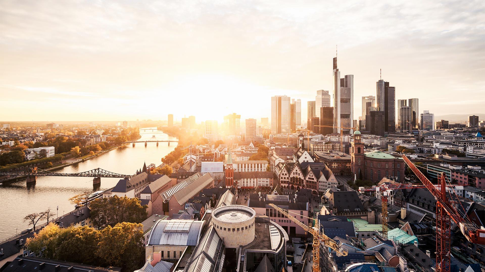 La mayoría de la ciudad es segura, y los delincuentes generalmente intentan aprovecharse de los turistas solo en ciertas partes de la ciudad. Las áreas a evitar incluyen el Hauptbahnhof, Konstablerwache y Hauptwache