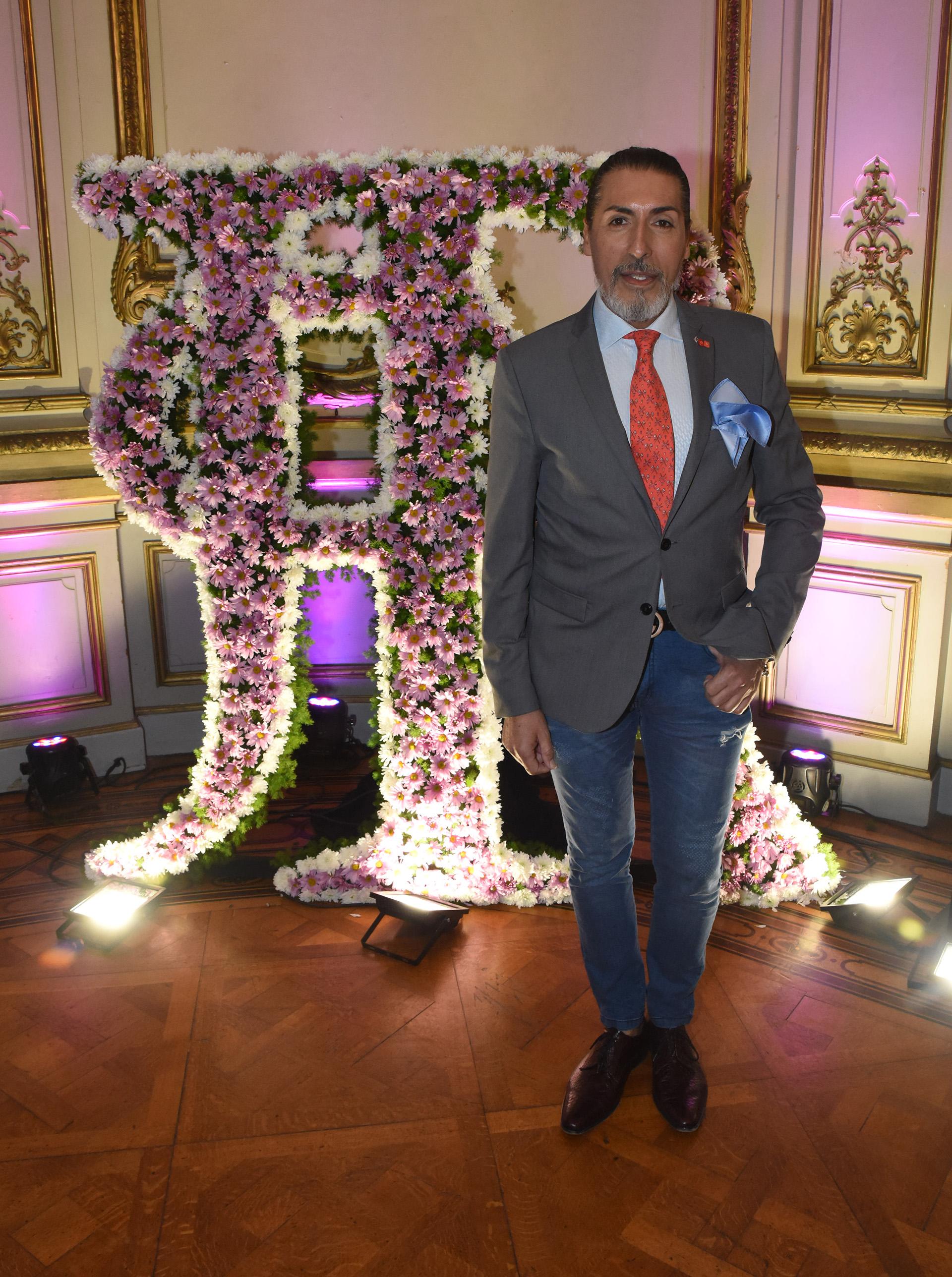 El diseñador y crítico de moda César Juricich. Lució un saco gris combinado con camisa blanca y corbata naranja y jeans