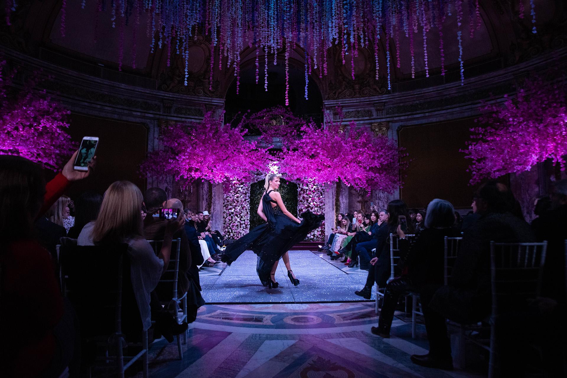 La modelo y actual pareja de Alejandro Fantino, Coni Mosqueira lució un vestido negro de la colección L'Amour de Jorge Rey con una gran espalda al descubierto