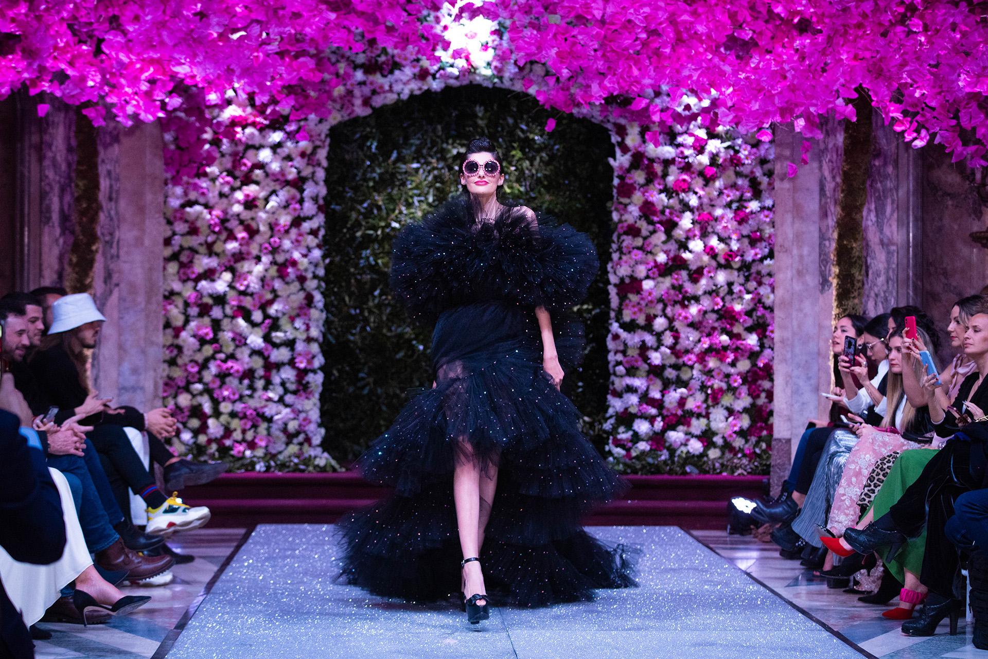 En una entrevista con Infobae, el diseñador dijo que no solía utilizar el color negro en sus colecciones pero a pedido de sus clientas lo empezó a incorporar. En pasarela un vestido en cascada realizado íntegramente de tul con destellos