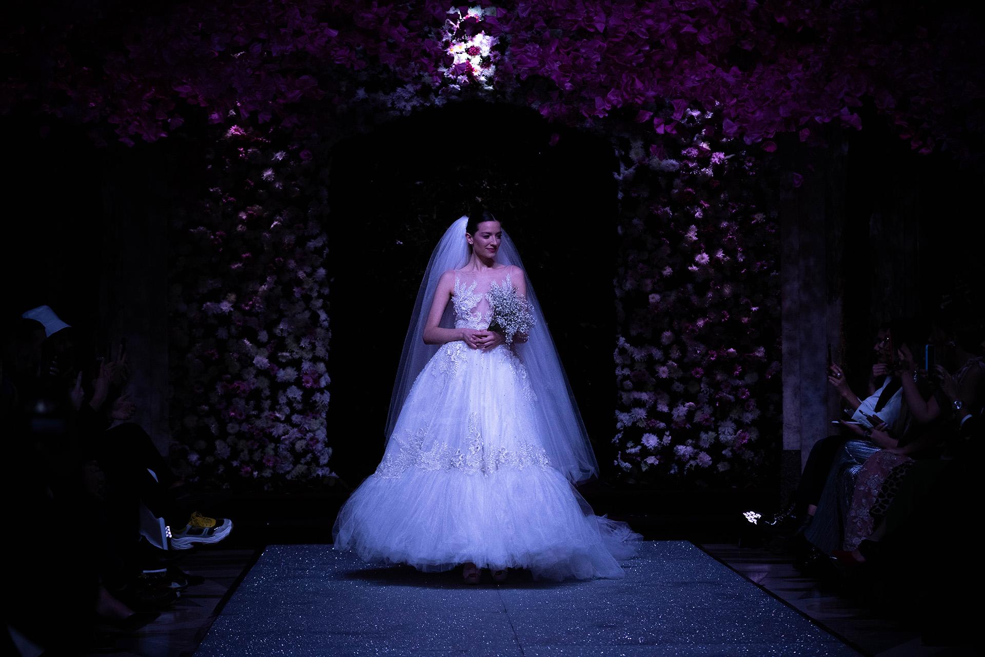 """El diseño nupcial by Jorge Rey. Con cientos de metros de tul, bordados y transparencias, el modelo """"bridal"""" para esta colección de verano lo llevó la modelo Vicky Ramos, una de las grandes musas del santafesino de 20 años"""