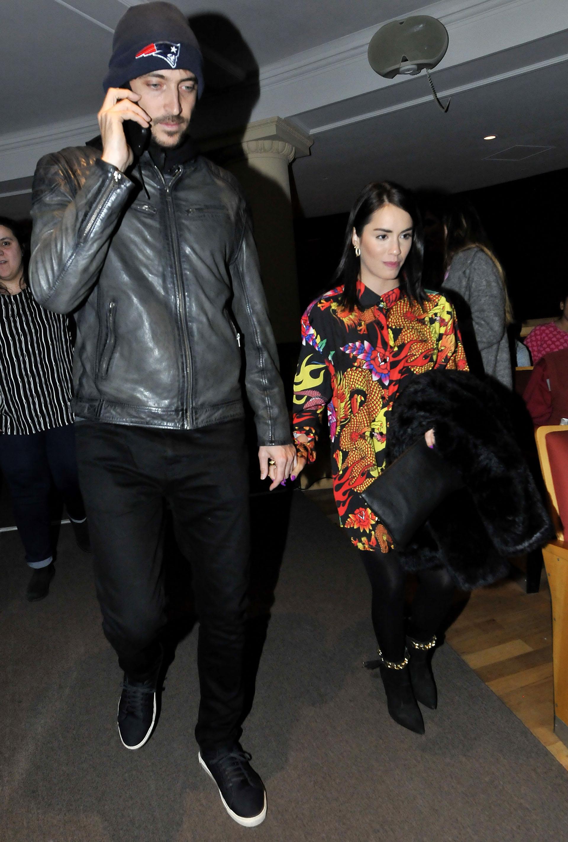 La artista no se despegó de su novio, Santiago Mocorrea, durante todo el evento