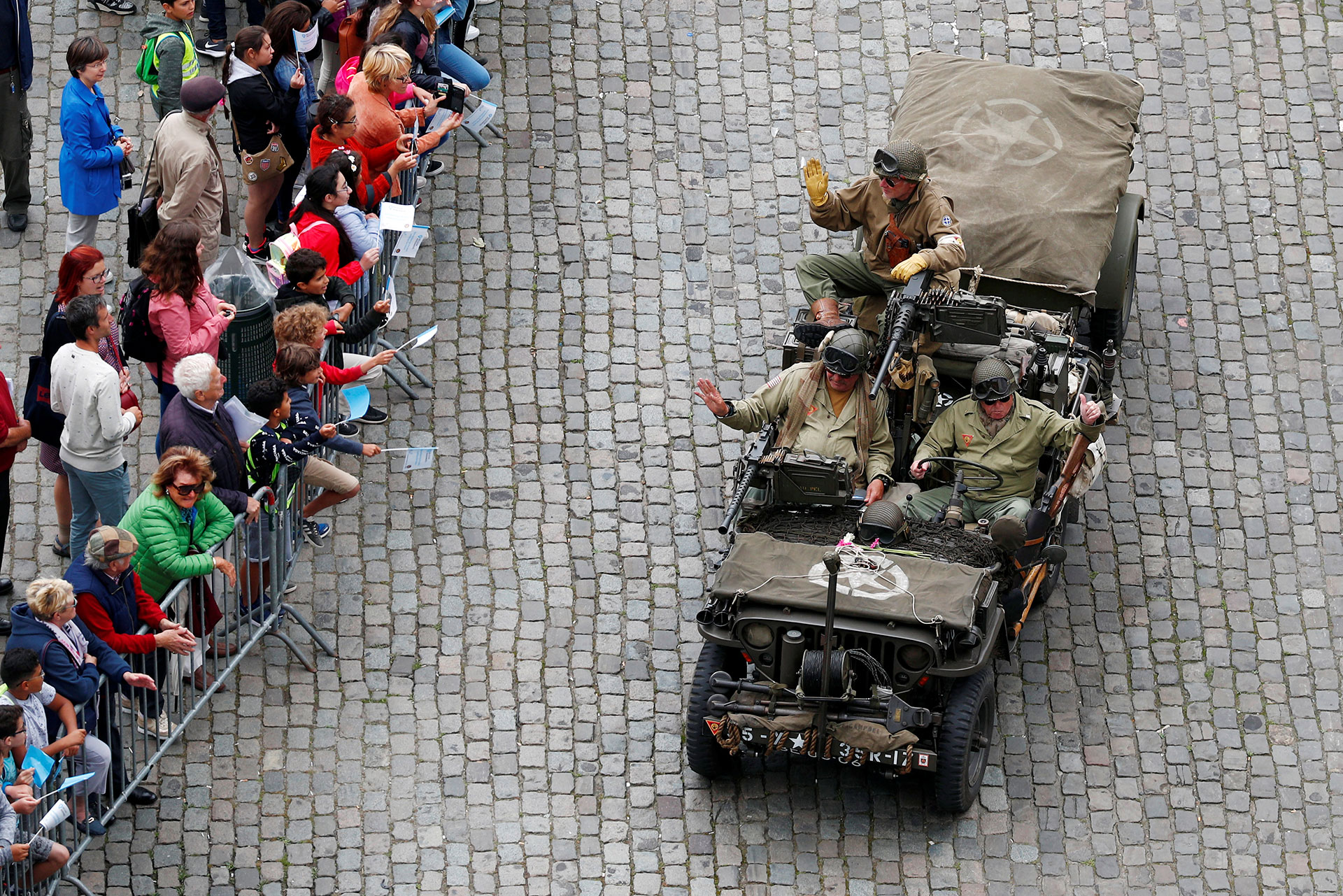 Entusiastas históricos recrean la entrada de las tropas estadounidenses a bordo de un jeep por las calles de Bruselas (Reuters)