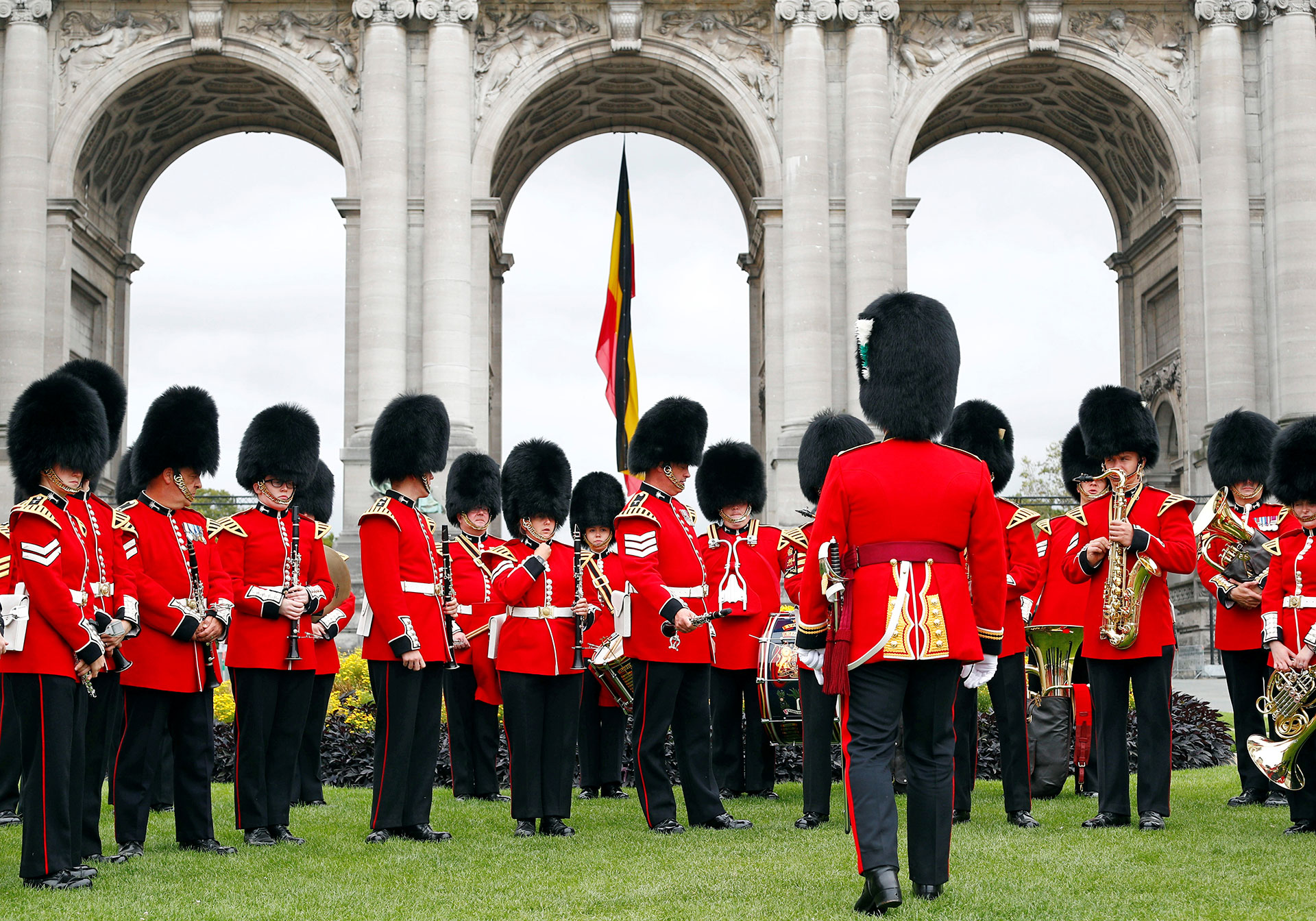 La banda galesa frente al arco del Cincuentenario, en Bruselas(Reuters)