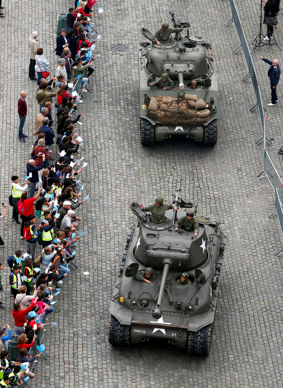 Dos tanques Sherman avanzan por Bruselas, como en aquel 23 de septiembre de 1944 (Reuters)