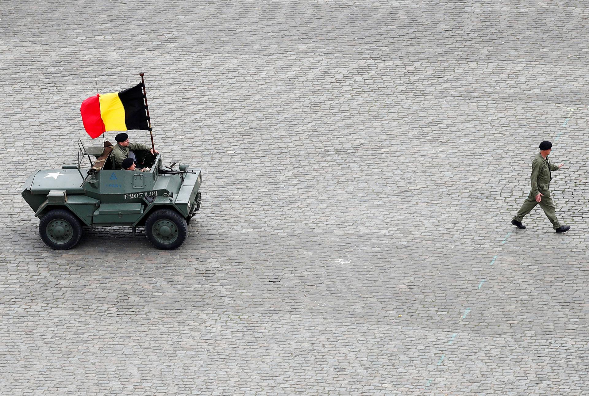Un vehículo de reconocimiento británico lleva la bandera belga (Reuters)