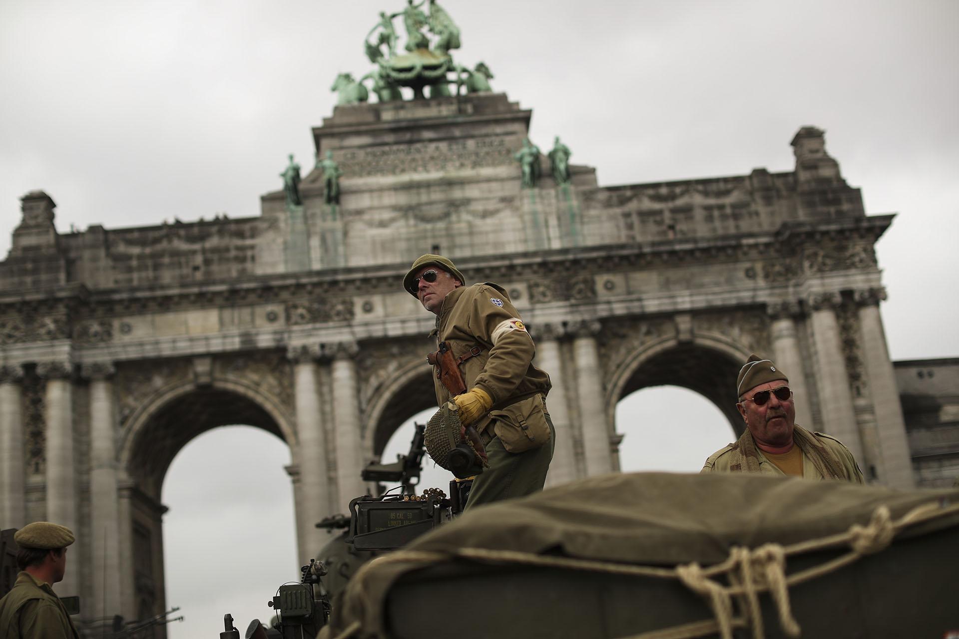 Vestidos con uniformes de combate, entusiastas de la Segunda Guerra arrivan al Parque del Cincuentenario en Bruselas. (AP Photo/Francisco Seco)