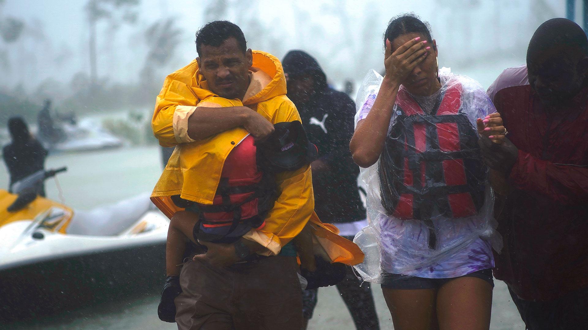 Una familia es rescatada para ser trasladada a un refugio (AP)