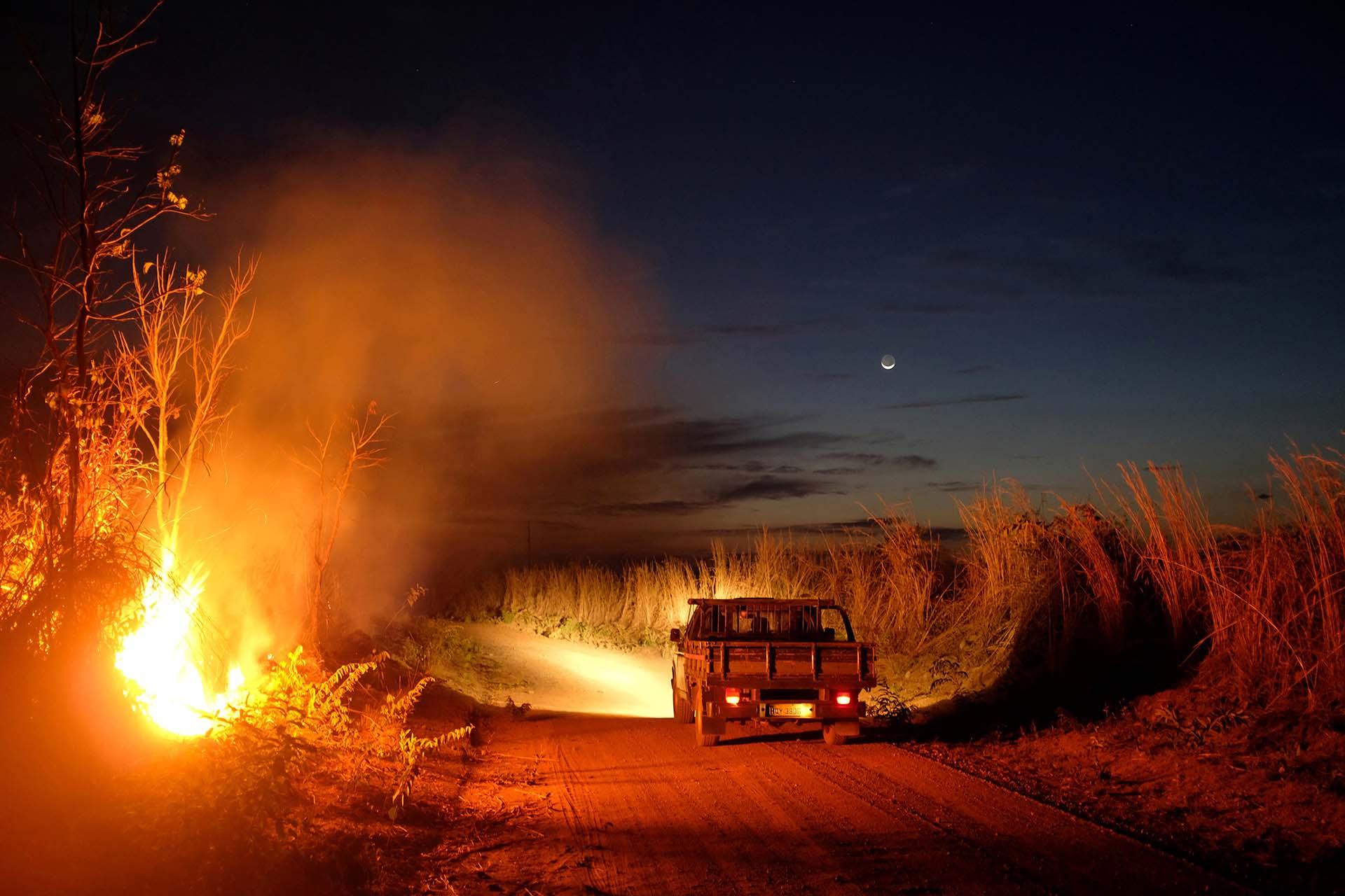 Una camioneta pasa cerca de la aldea de Babacu, pueblo indígena de Xavante, estado de Mato Grosso, en medio de los incendios