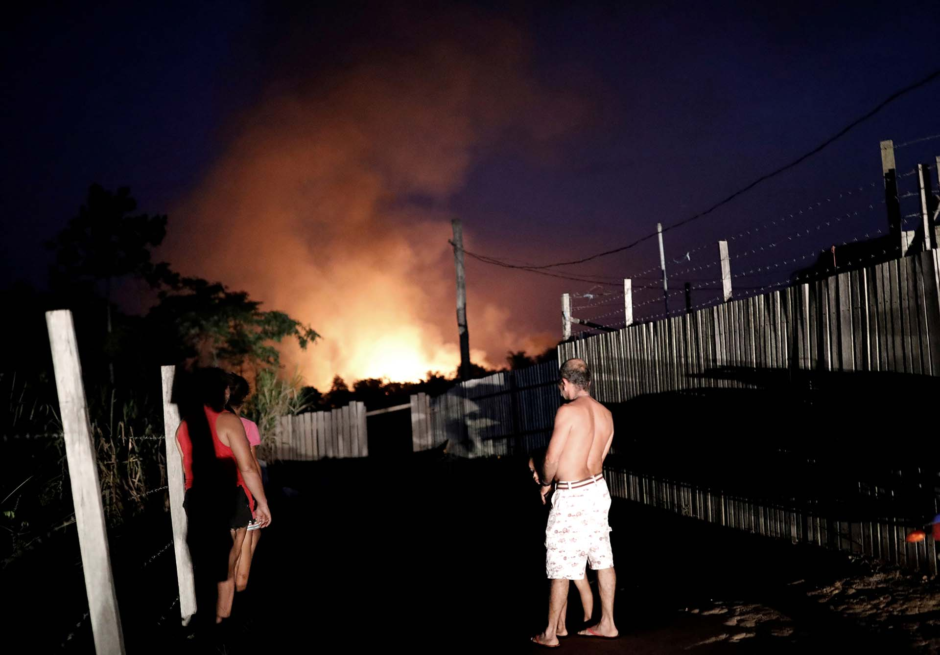Una familia presencia los incendios en Altamira, estado de Pará