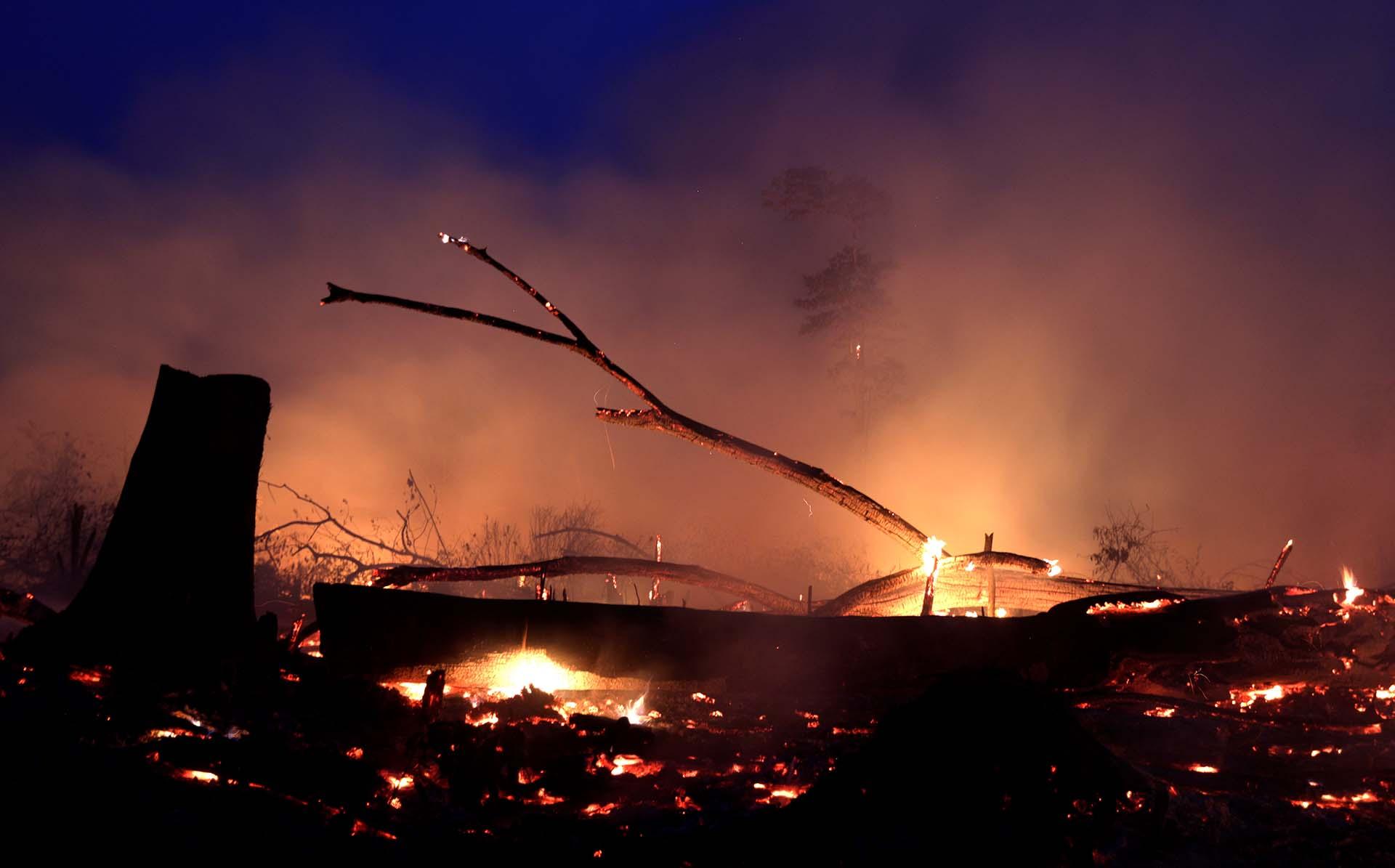 El fuego se expandió en Machadino do Oeste, en Rondonia, cuando un agricultor local limpiaba esa zona amazónica