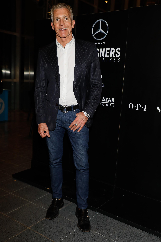 Ricardo Piñeiro en el desfile de Artemis eligió un look más relajado y optó por denim azul combinado con camisa y saco rayado con zapatos de cuero