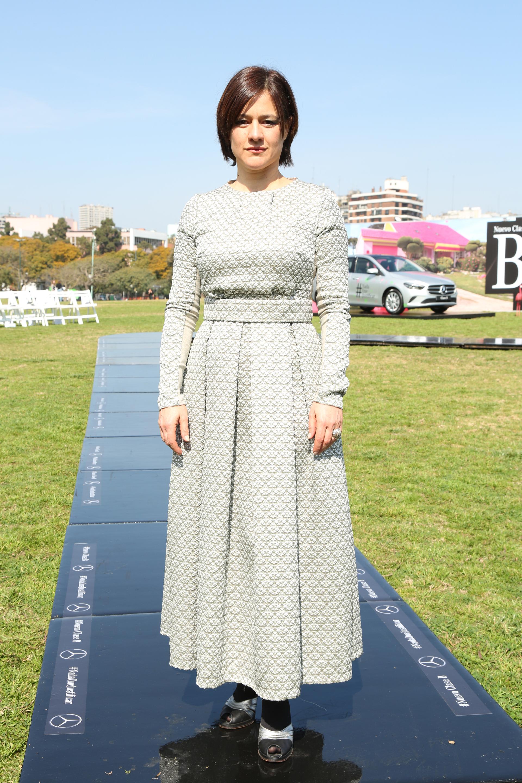 La actriz Virginia Innocenti para el desfile de Fabián Zitta optó por un diseño de mangas largas y corte en la cintura y cuello redondo