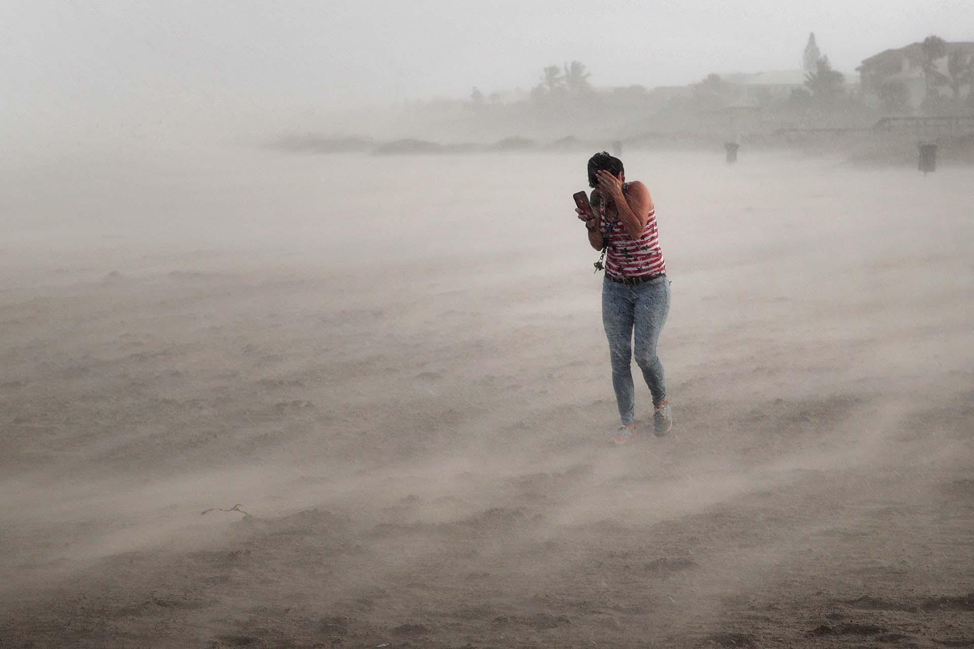 Una mujer desafía el viento (AFP)