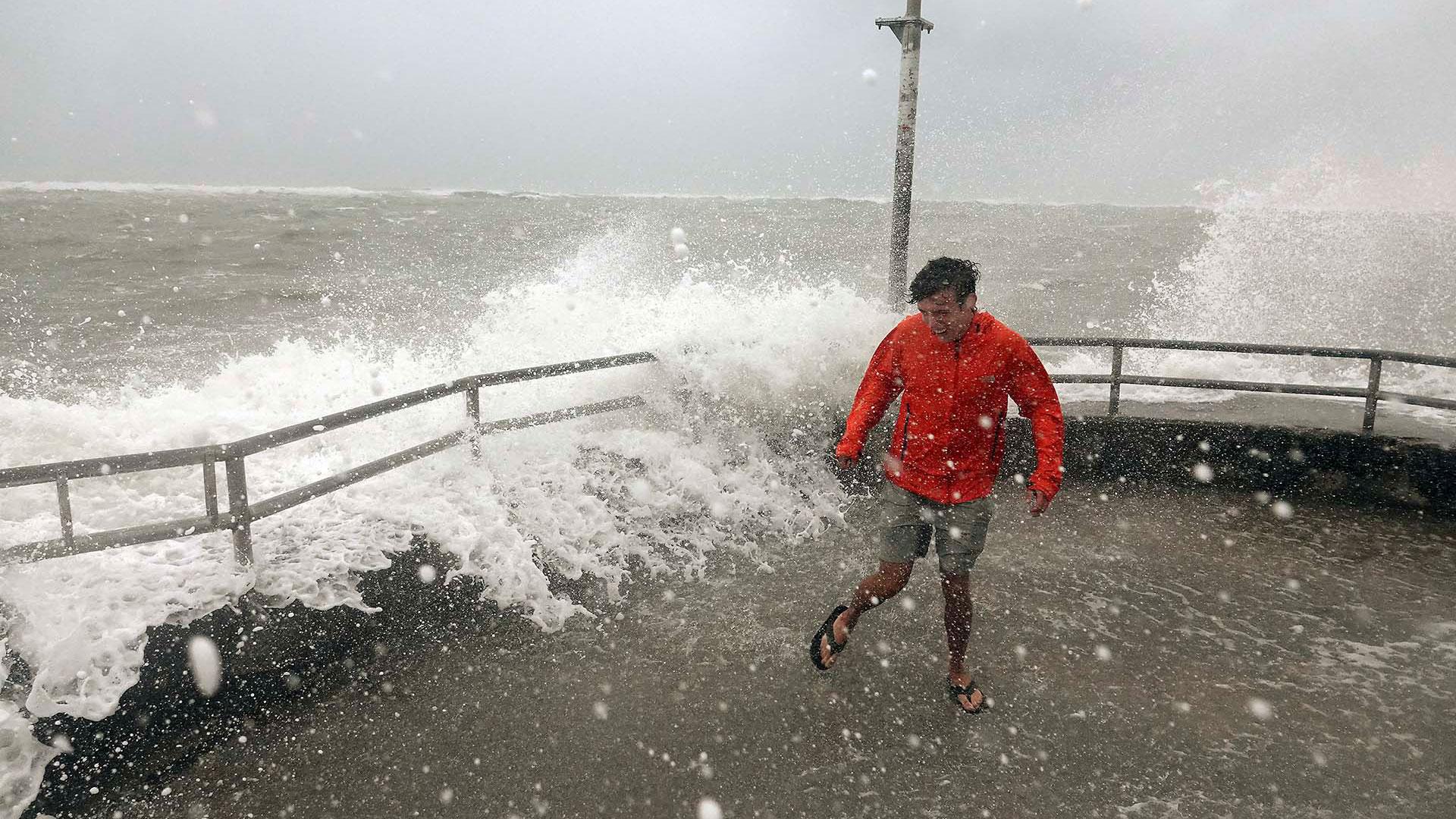 Un hombre resiste a las olas