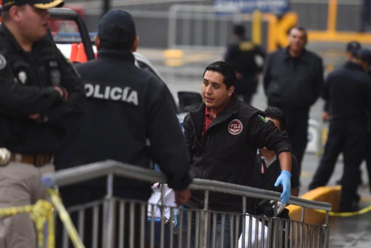 Un policía estatal perdió la vida de por lo menos dos disparos de arma de fuego al enfrentarse con delincuentesen la plaza comercial Espacio Interlomas, en la Avenida Jesús del Monte. (FOTO: CRISTIAN HERNÁNDEZ /CUARTOSCURO)