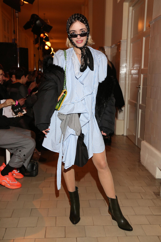 La actriz Belén Chavanne presente en el desfile de JT se lookeó con la marca con un vestido rayado blanco y celeste de corte irregular y lo completó con una puffer jacket y de accesorio un pañuelo en la cabeza y mini anteojos