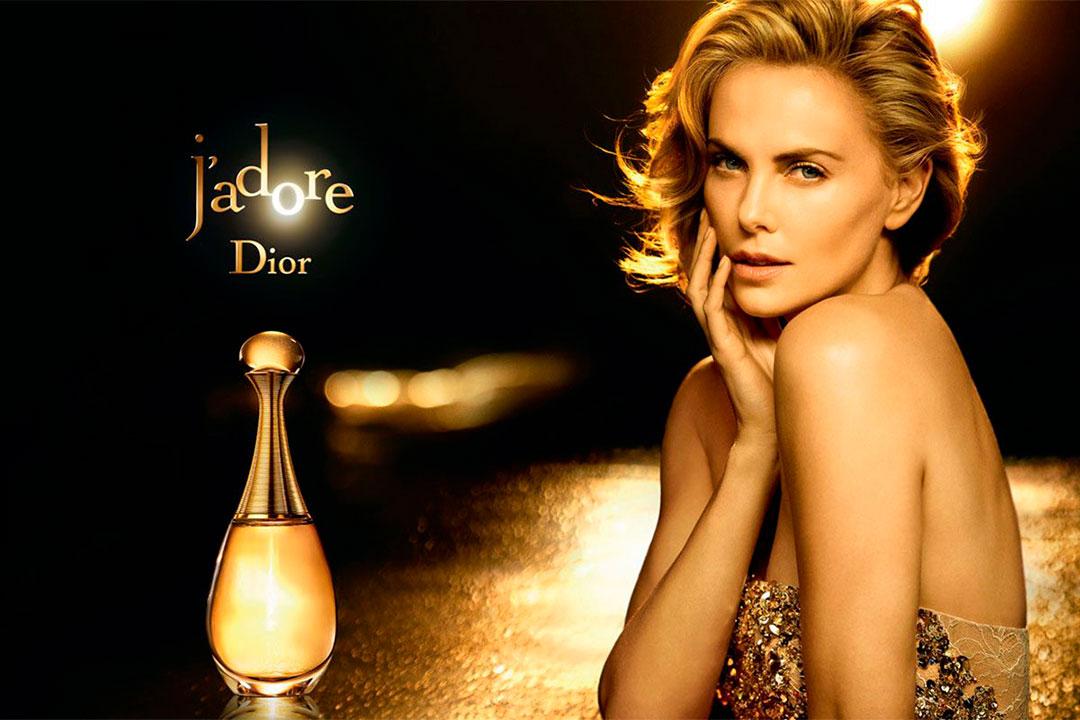 """Otra de las campañas más recordadas que tuvo su porfolio fue la de """"J'adore"""", el mítico perfume de Dior. Charlize Theron fue la protagonista de esta gráfica fotografiada en el 2015"""