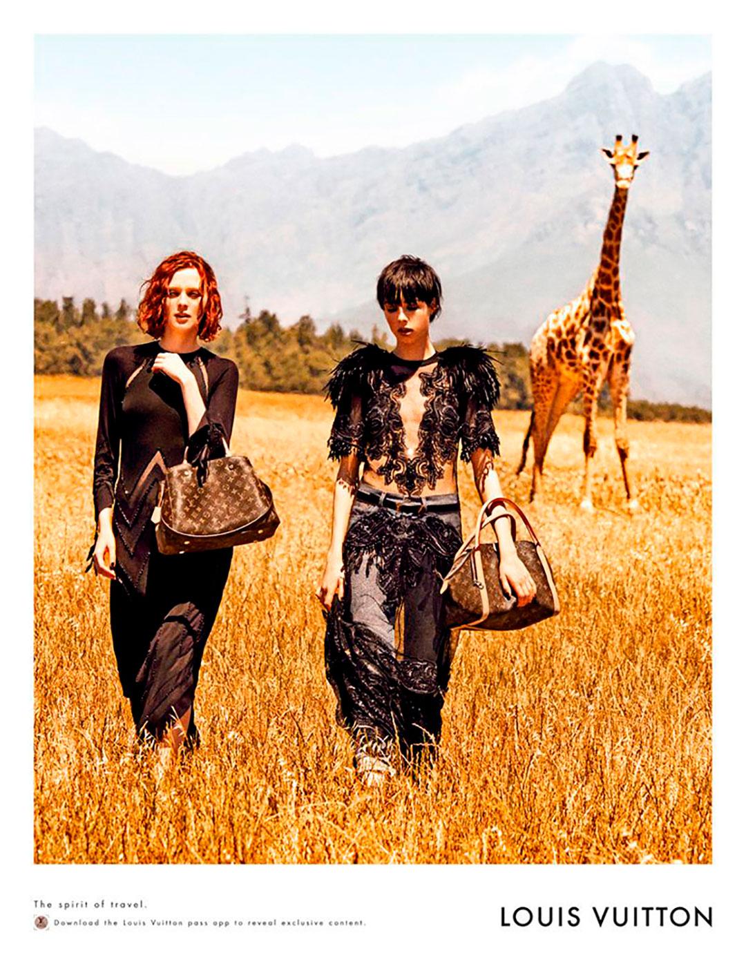"""La firma Louis Vuitton también tuvo el honor de haber realizado campañas gráficas con Peter Lindbergh. Una de ellas fue """"Spirit of travel"""", para la primavera 2014 con las modelos Edie Campbell y Karen Elson en Sudáfrica bajo el estilismo de Carine Roitfeld"""