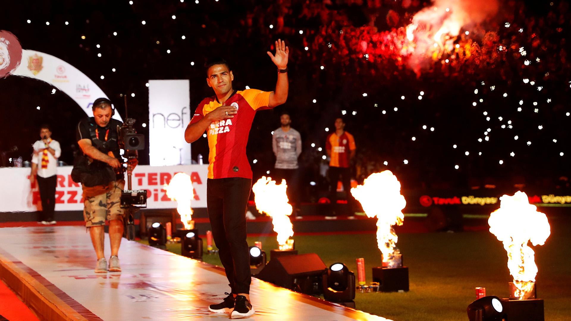 El Ali Sami Yen, estadio del Galatasaray, enloqueció este miércoles durante el acto de presentación de su nueva figura, el delantero colombiano Radamel Falcao