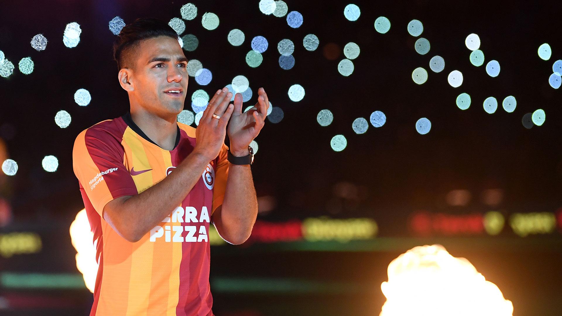 Falcao llegó a Estambul el domingo por la noche en avión privado y fue recibido con bengalas y gritos por miles de seguidores del Galatasaray, que habían seguido durante semanas los rumores sobre el fichaje del colombiano